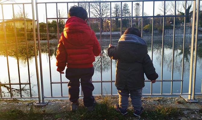 Lombardi-Bambini-di-spalle